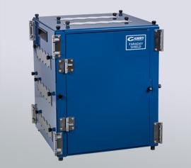 Faraday-Käfig – Abschirmung des elektrische Hintergrundrauschen bei elektrochemischen Experimenten sowohl über schwebenden Massebezugspunkt als auch über eine gemeinsame Erdung von Potentiostat und Faraday-Käfig.