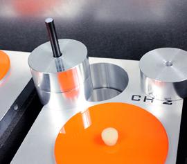 """Isothermes Zwei-Kanal Kalorimeter Calmetrix I-Cal 2000 HPC mit geöffnetem Deckel – Detailansicht einer der zwei Messplätze in Zwillingsbauweise (Mess- und Referenzseite) und der """"Referenzprobe"""" mit den drei variablen Metallscheiben"""