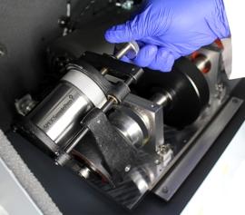 Hochenergie-Kugelmühle SPEX 8000M Mixer/Mill® mit geöffnetem Deckel und eingespanntem Edelstahl-Mahlbehälter