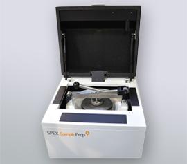Scheiben-Schwingmühle SPEX 8530 Shatterbox® mit geöffnetem Deckel, Ansicht des Verriegelungsmechanismus für die Mahlgarnituren